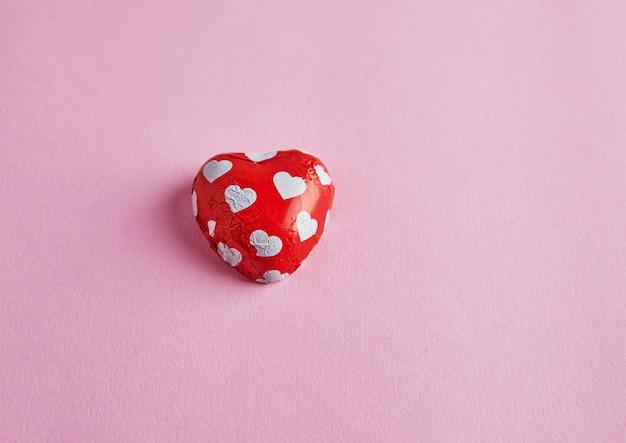 Candy z sercami na różowej powierzchni
