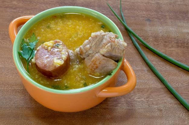 Canjiquinha miska hominy z kiełbasą i żeberkami wieprzowymi typowe danie brazylijskie