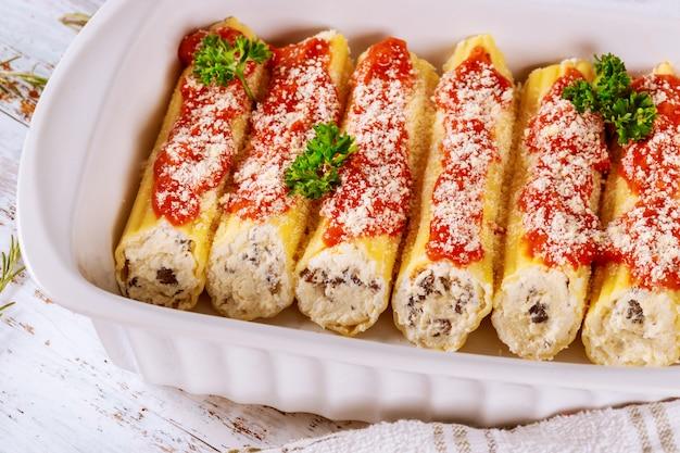 Cannelloni nadziewane serem ricotta, makaronem mięsnym i pomidorowym.
