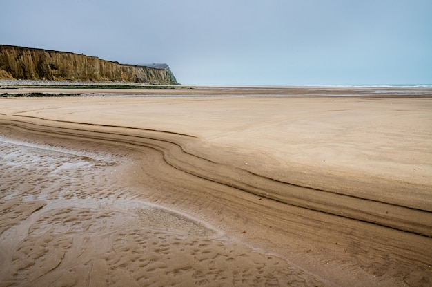 Cap blanc-nez otoczona plażą i morzem pod zachmurzonym niebem we francji