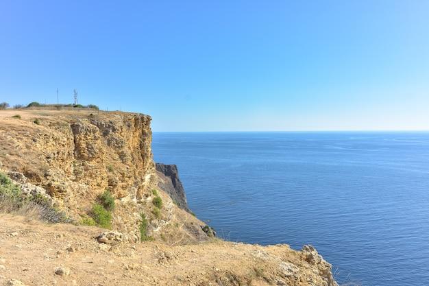 Cape fiolent piękne widoki na wybrzeże morza czarnego w cape fiolent latem przy dobrej pogodzie