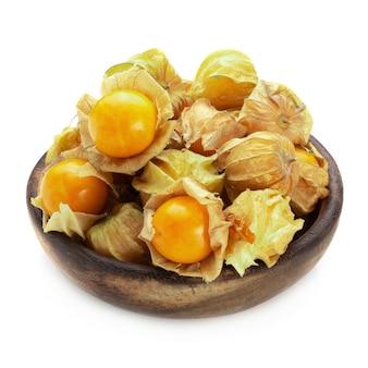 Cape gooseberry, pęcherzyca owoców lub złote jagody samodzielnie na białym tle