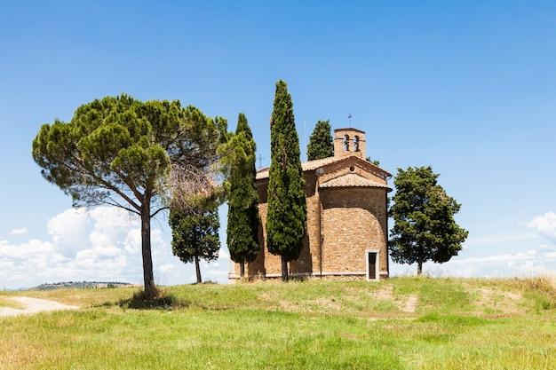 Cappella di vitaleta (kościół vitaleta), val d'orcia, włochy. najbardziej klasyczny obraz kraju toskanii.