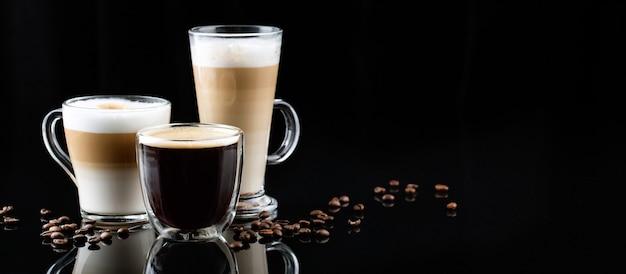 Cappuccino, americano i latte macchiato z kawą wokół na ciemnym tle