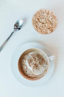 Cappuccino i ciasto na śniadanie na białym tle