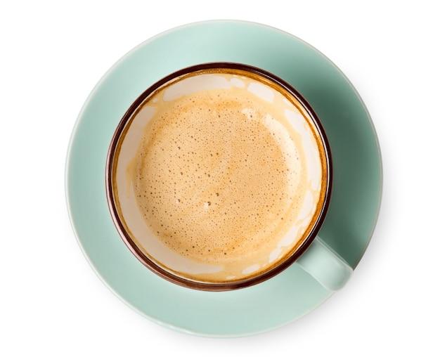 Cappuccino lub latte z pianką, niebieski filiżanka kawy zbliżenie widok z góry na białym tle. kawiarnia i bar, koncepcja sztuki baristy.