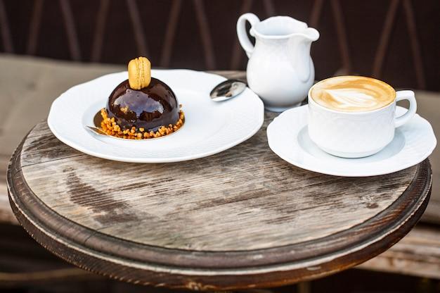 Cappuccino w filiżance, gorąca latte, pyszna kawa. czas na kawę.