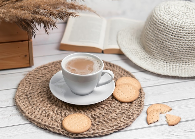 Cappuccino z ciastkami na jutowej macie.