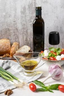 Caprese sałatka włoska lub śródziemnomorska oliwa z oliwek w sosie łódce