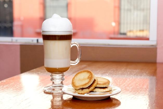 Capuccino kawa z parą ciasteczek