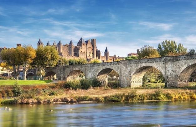 Carcassonne I Most Le Pont Vieux Oglądane Zza Rzeki Aude. Południowa Francja Premium Zdjęcia