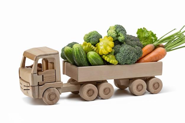 Cargo drewniany samochód z letnimi warzywami