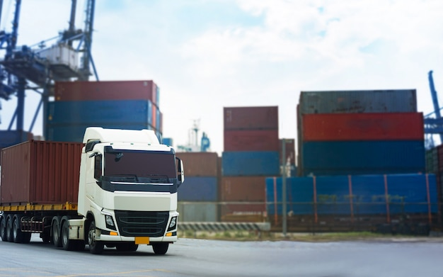 Cargo red container truck w porcie statku logistyka