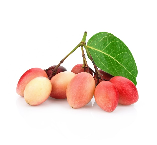 Carissa carandas linn lub bengal porzeczki, owoce na białym tle.