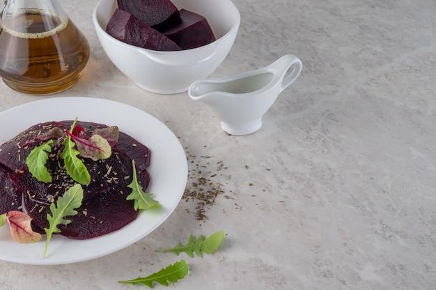 Carpaccio z buraków, koncepcja zdrowej żywności. piękna sałatka. kopia przestrzeń.