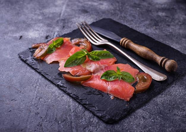 Carpaccio z łososia z bazylią i pomidorem