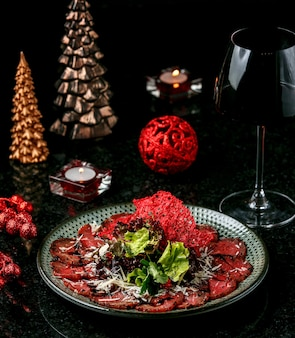 Carpaccio z mięsa na stole