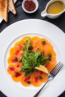 Carpaccio z tuńczyka i łososia z estragonem, kaparami i cytryną.