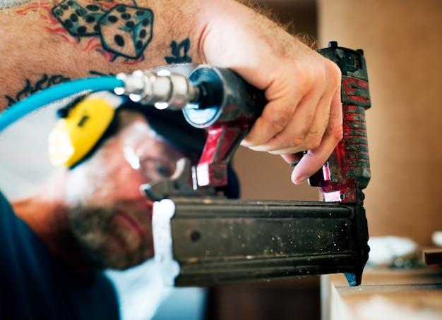 Carpenter woodworker pracuje na remont domu