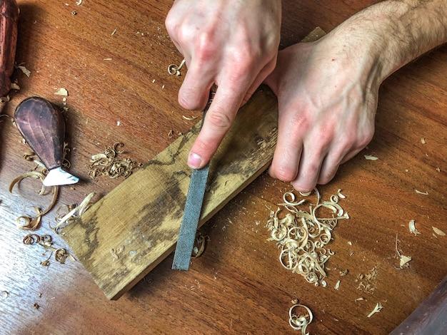 Carpenter wykonuje swoją pracę, obróbka drewna ręcznie.