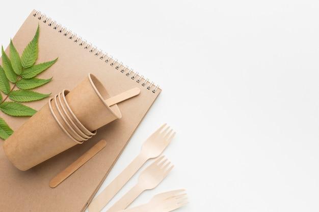 Cartoon naczynia i sztućce obok notebooka