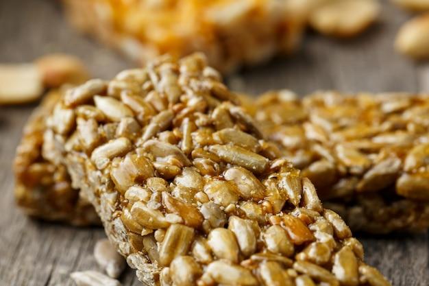 Casinac z nasion słonecznika z płótnem konopnym. stylu country. pyszne słodycze z nasion słonecznika, sezamu i orzeszków ziemnych, pokryte błyszczącą polewą