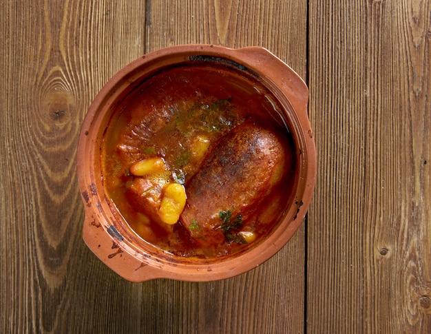 Cassoulet de castelnaudary wolno gotowana zapiekanka