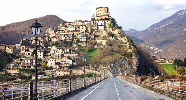 Castel di tora, piękna średniowieczna wioska nad jeziorem. rieti provice, włochy