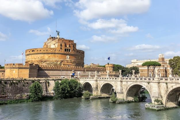 Castel sant'angelo i ponte sant'angelo, rzym, włochy.