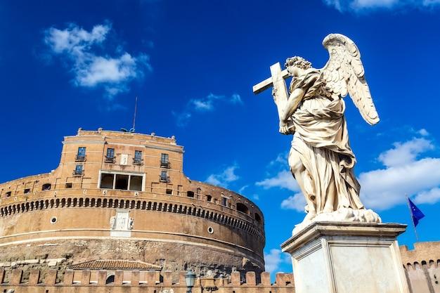 Castel sant'angelo i posąg anioła w słoneczny dzień w rzymie, włochy.