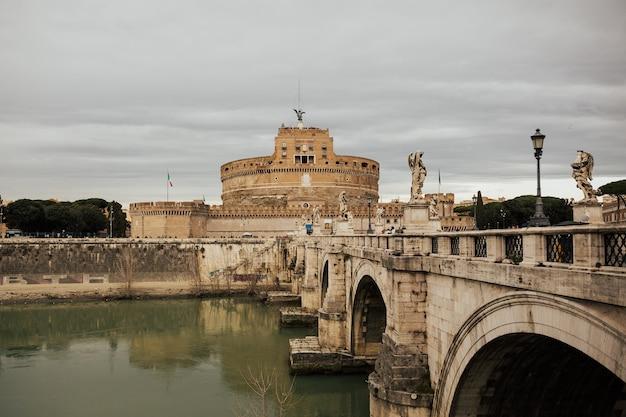 Castel sant'angelo jest jednym z głównych celów podróży w europie.