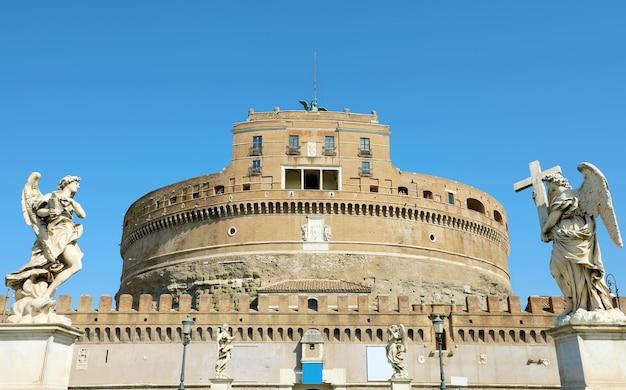 Castel sant angelo lub mauzoleum hadriana w rzymie, włochy
