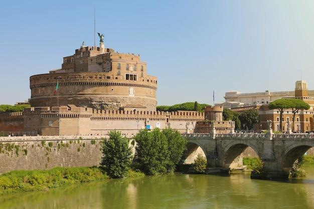 Castel sant angelo lub mauzoleum hadriana z mostem ponte sant angelo w rzymie, włochy
