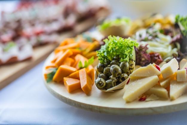 Catering jedzenie na desce w hotelu lub restauracji.