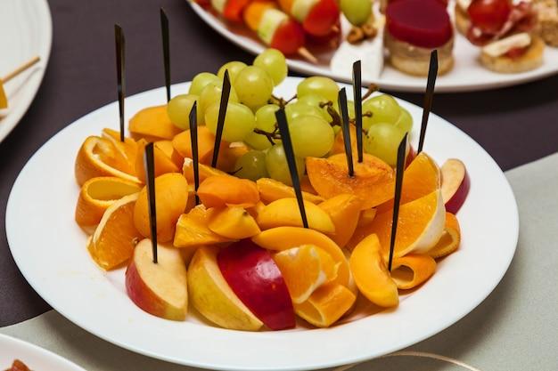Catering na święta i imprezy różne zimne przekąski na rogalikach na stół bufetowy