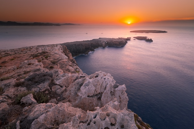 Cavalleria latarnia morska przy północną nakrętką menorca wyspa, hiszpania.