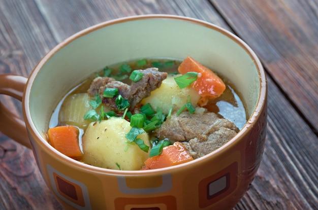 Cawl - danie walijskie. boczek walijski lub wołowina z ziemniakami, brukwią, marchewką i rzepą
