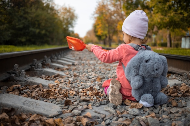 Cchild gra na opuszczonej linii kolejowej letni słoneczny dzień