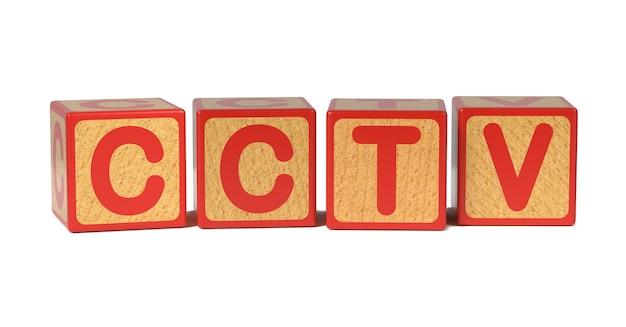 Cctv na bloku kolorowy drewniany alfabet dla dzieci na białym tle.