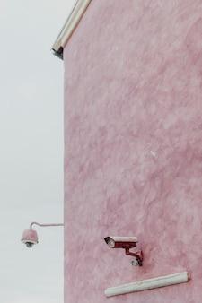 Cctv na różowej ścianie