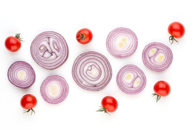 Cebula i przyprawy na białym tle na białej powierzchni, widok z góry. tapeta abstrakcyjna kompozycja warzyw.