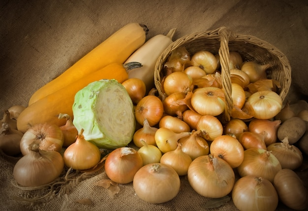 Cebula w koszyku i szpiku warzywnym