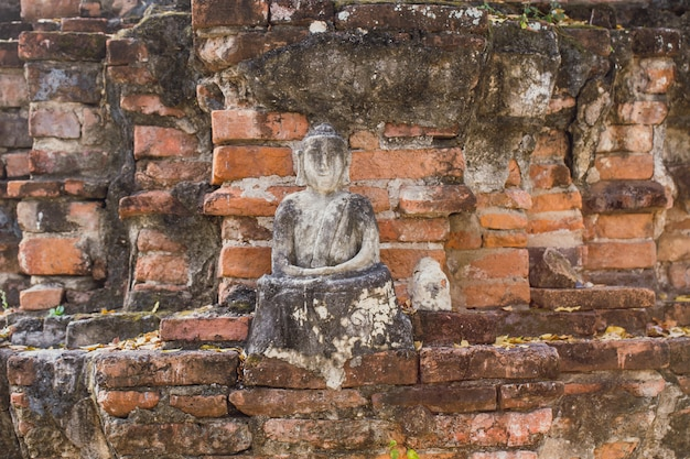 Cegła starożytnego buddy jest zepsuta.