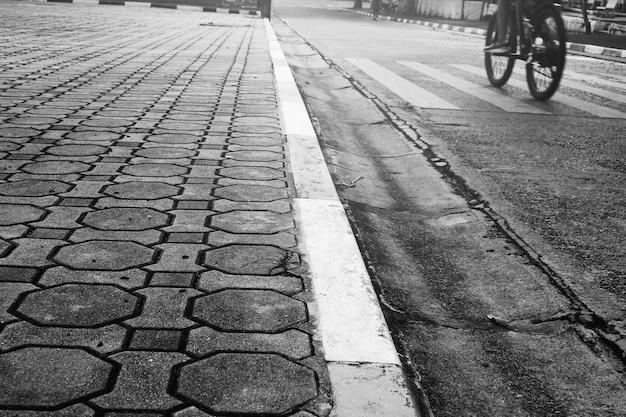 Ceglane bloki używane do budowy chodników na poboczach.