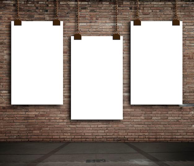Ceglane wnętrze z pustymi podświetlanymi transparentami na ścianie.