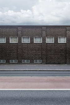 Ceglany mur budynku z małymi oknami