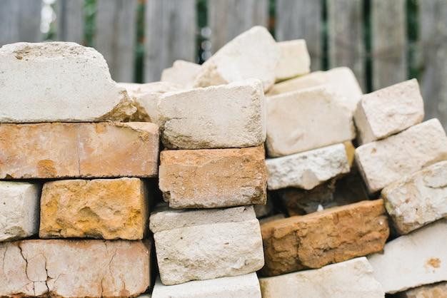 Cegły o różnych rozmiarach i fakturach, cegły ułożone w stos