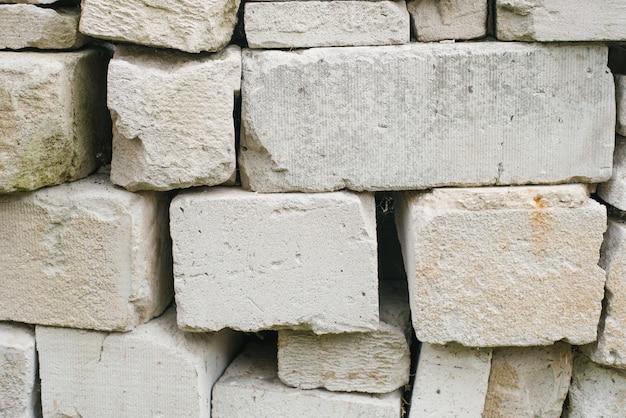 Cegły o różnych rozmiarach i fakturach
