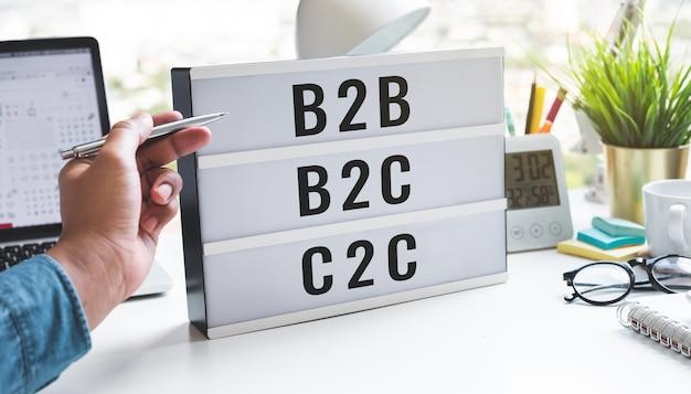 Cel biznesowy i marketing z tekstem b2bb2cc2c na jasnym polu dotyczącym koncepcji zarządzania tabelą i usług