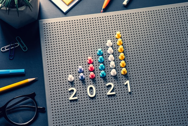 Cel na 2021 r. z wykresem pin garph na stole biznesowym. wizja sukcesu i plan strategiczny.